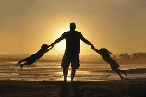 Un padre es también un amigo, un protector, un héroe y una inspiración. ¡Felicítalo como se merece!