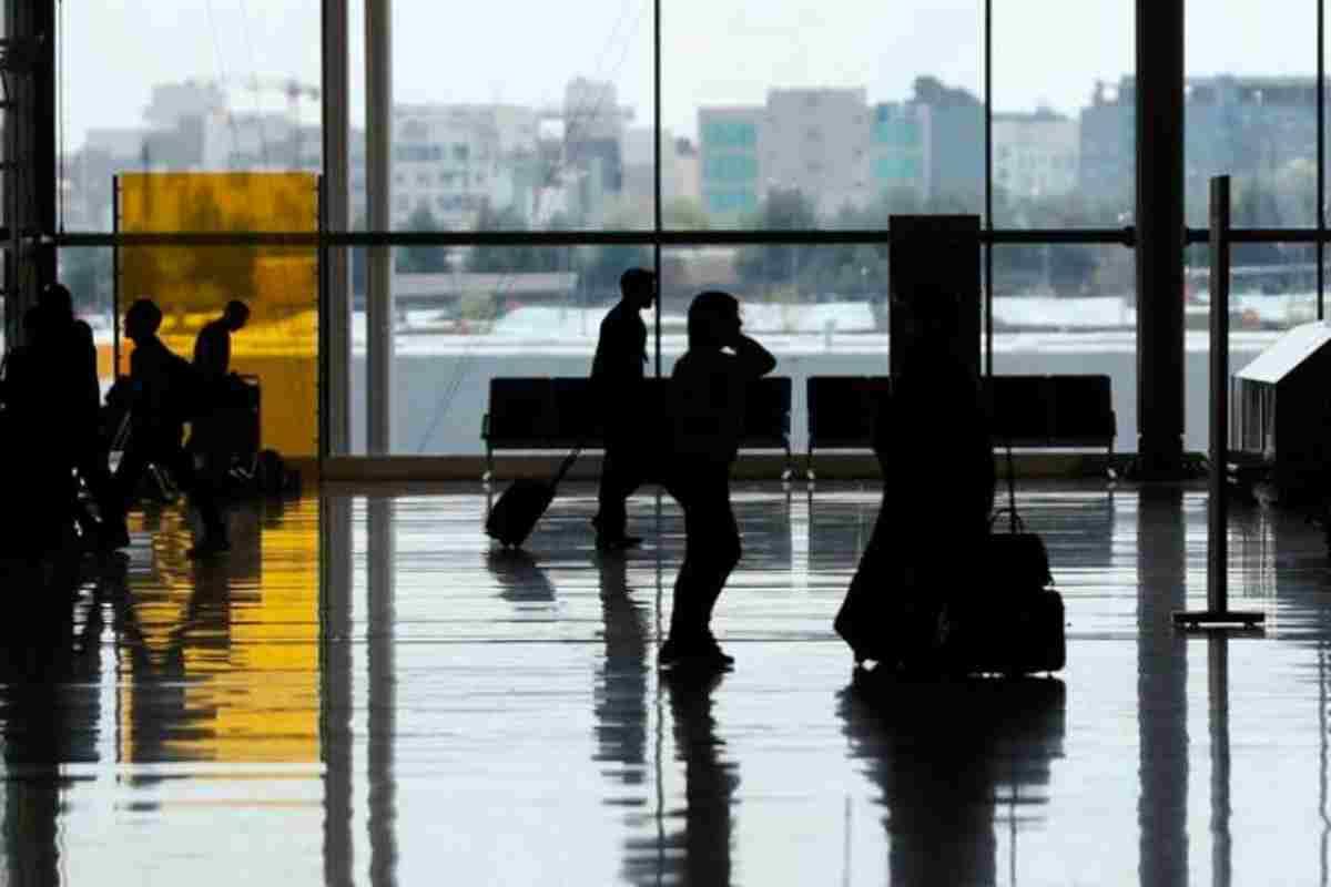 Pasajeros en el aeropuerto de Barajas, en Madrid, durante la desescalada
