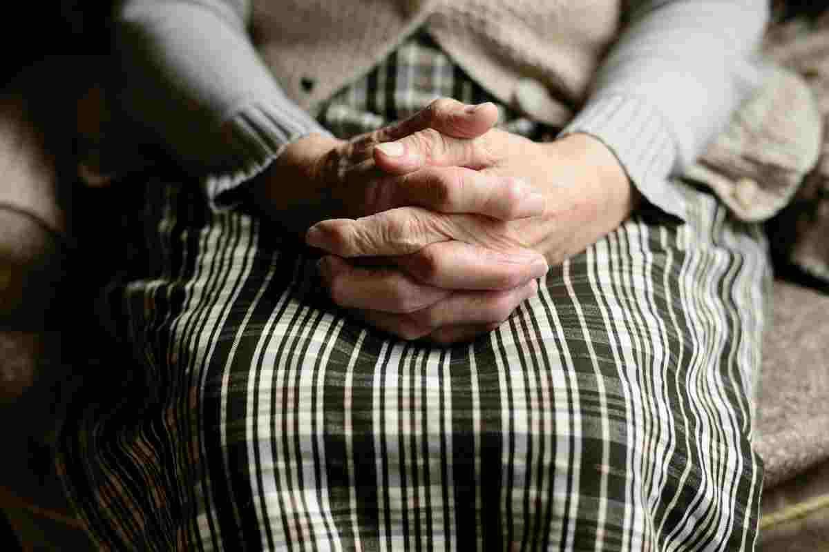 Imagen de archivo de las manos de una persona mayor