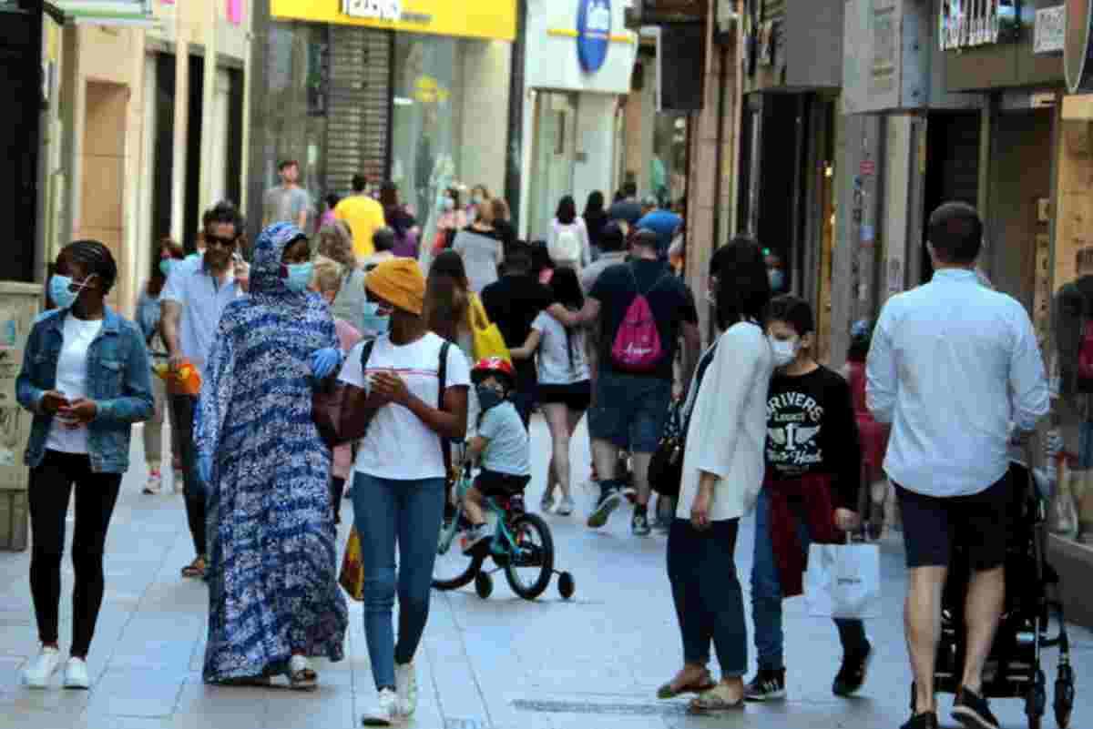 Vecinos paseando por una de las localidades afectadas por los rebrotes