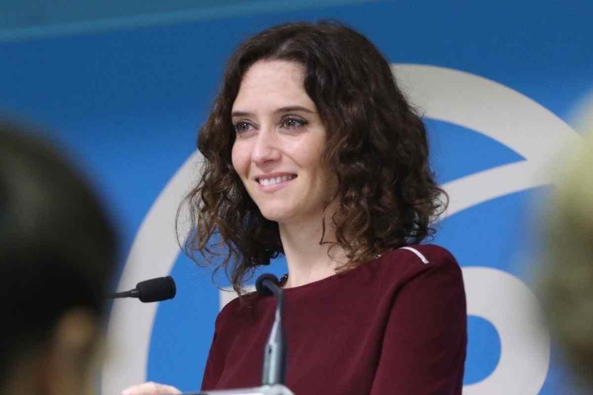Isabel Díaz Ayuso hablando en un mítin del PP