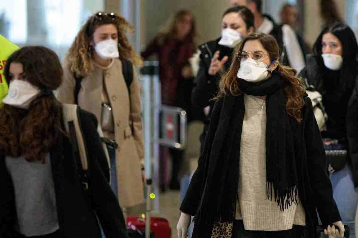 Personas con mascarillas en un aeropuerto