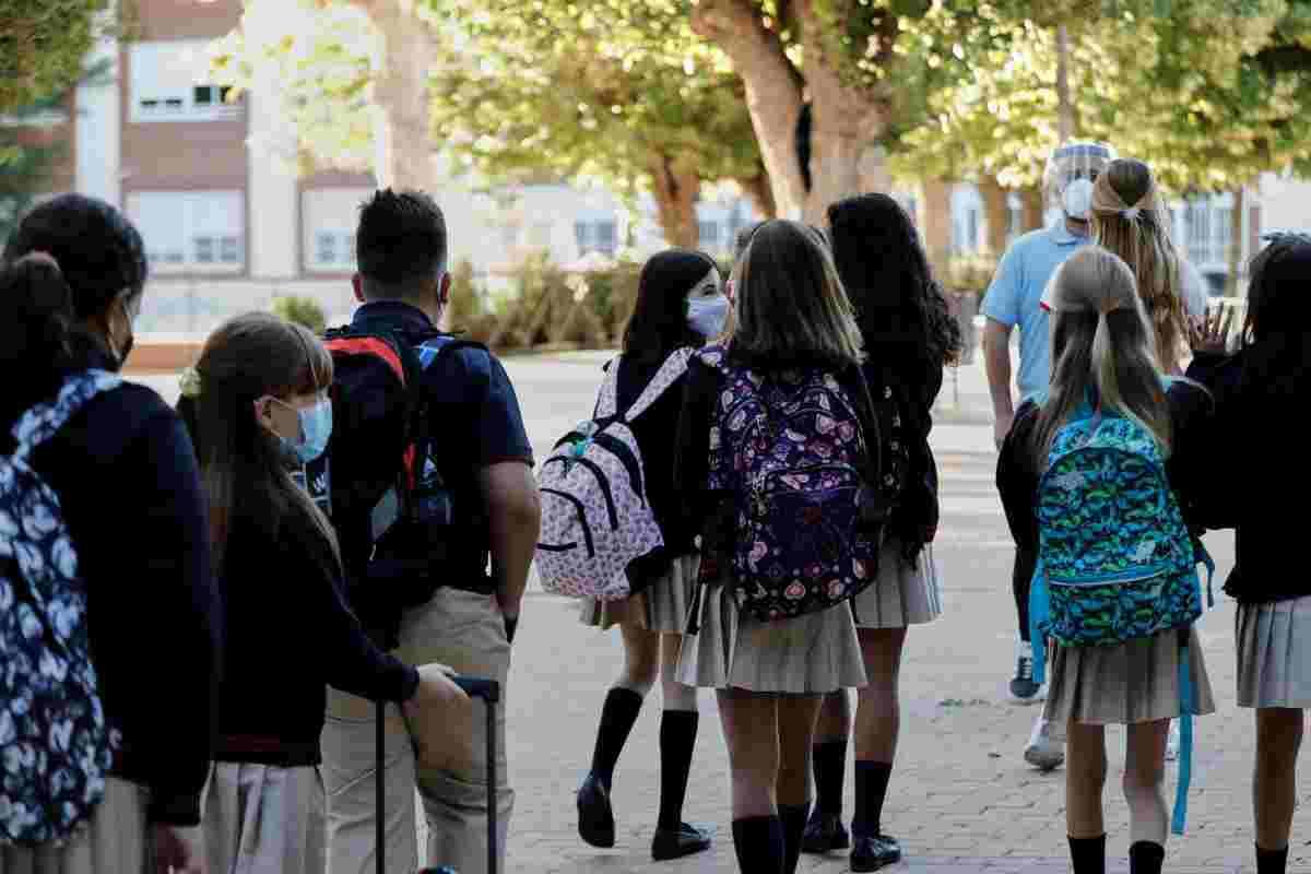 Grupo de niños en la vuelta al cole con mascarillas