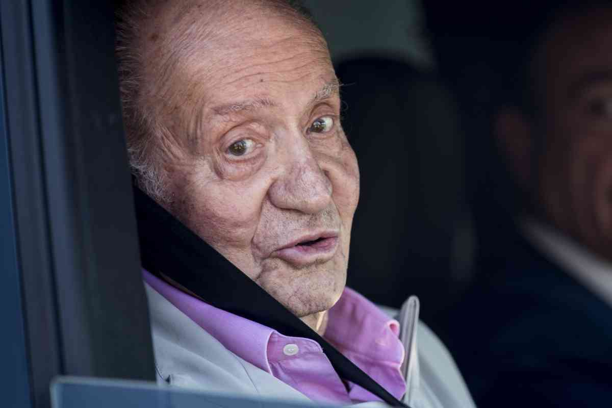 Primer plano del Rey Juan Carlos I en un coche