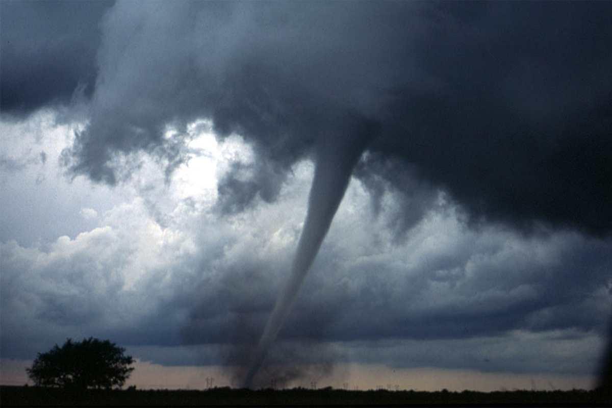✅ VÍDEO: Un excepcional tornado causa destrozos en el corazón de Europa