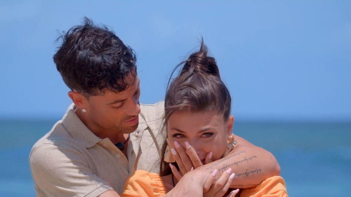 Lola de La Isla de las Tentaciones 3 llorando abrazada por su novio Diego