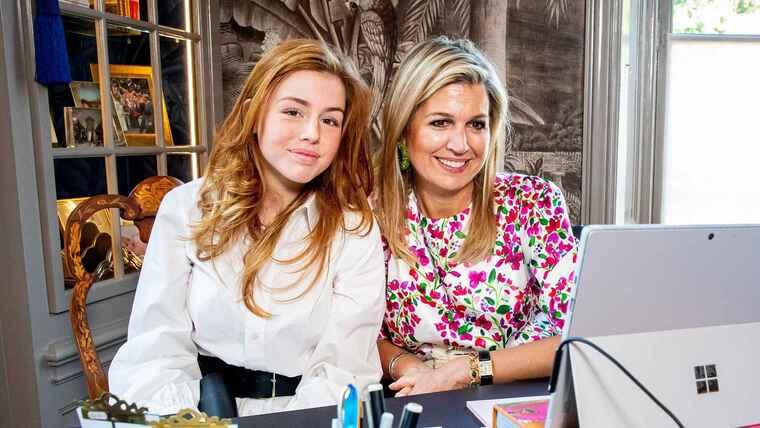 Alexia de Holanda con su madre sonriendo