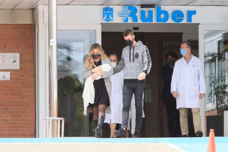 Salida del hospital Edurne, David de Gea y su hija