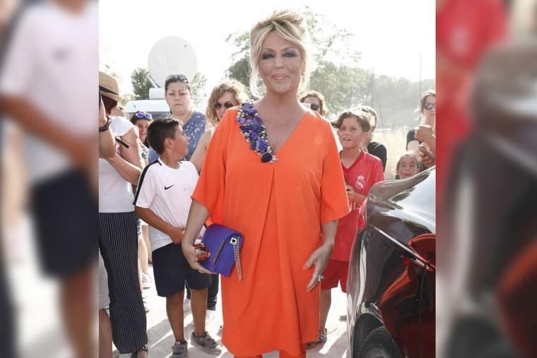 Lydia Lozano con su vestido naranja en la boda de Belén Esteban