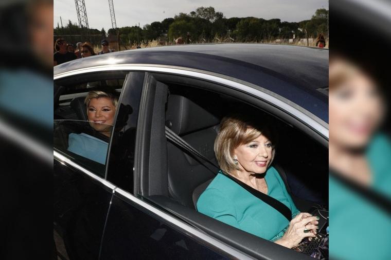 María Teresa Campos y Terelu Campos en un coche negro