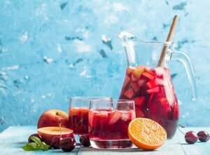 Deliciosa y exquisita, la sangría de manzana roja es muy fácil de hacer.
