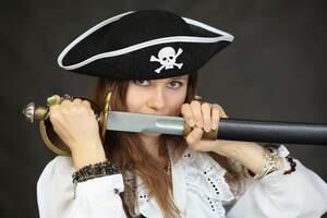 Hacer un disfraz casero de pirata es en realidad muy fácil y sencillo