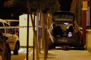 Imatge del cotxe amb què va escapar l'assassí amb el cadàver tapat a l'esquerra