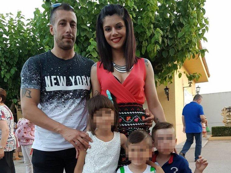 Imanol i Jessica, amb la filla d'ell, de deu anys; el fill dels dos, de quatre; i un company de l'escola