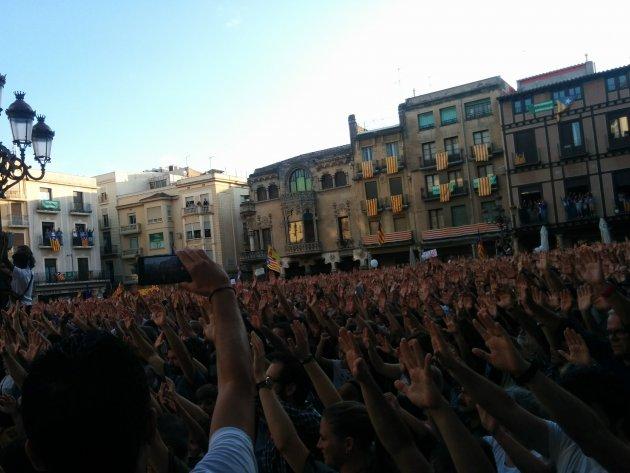 Mans enlaire a la plaça del Mercadal durant l'aturada de país del 3 d'octubre