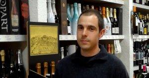 El sommelier Joan Santamaria exerceix de gerent de la botiga de vins Casa Bardella