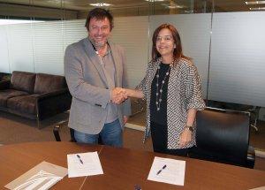Salvador Cot i Núria Llorach, en el moment de la signatura