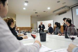 Josep Pelegrin, al centre, impartint una de les classes a la Joviat