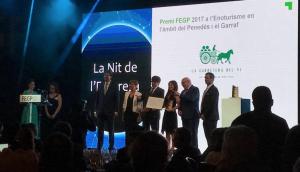 Moment de lliurar el premi a la millor iniciativa enoturística a la Carretera del Vi, amb Carles Puigdemont al centre de la foto
