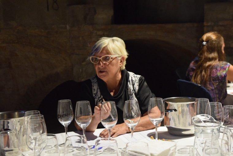 Rosa Vila, durant el tast de vins finalistes dels Premis Vinari 2017 a Rubí