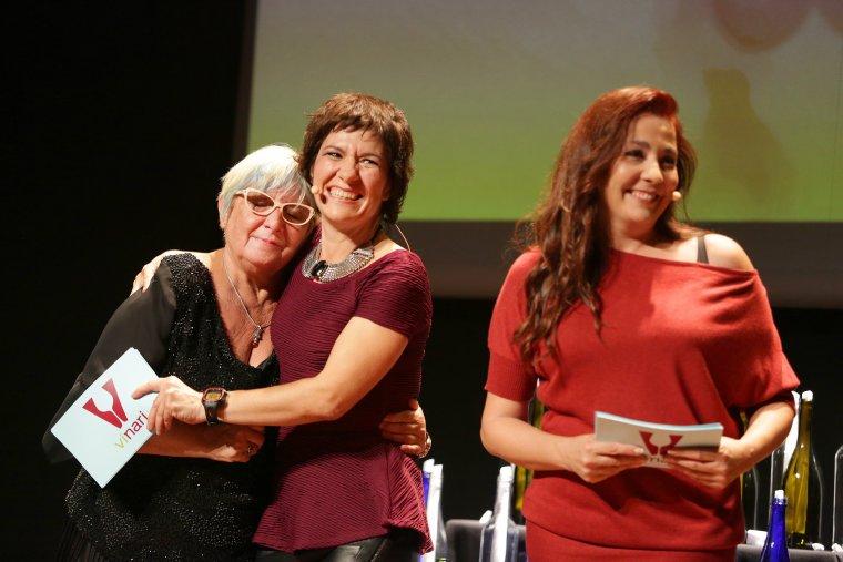 Rosa Vila amb Empar Moliner i Txe Arana en el moment de recollir el Premi Monvínic a la Trajetòria Professional en el món del vi