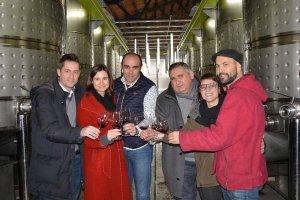 Els responsables de Gra de Sorra, el vi solidari en benefici d'Afanoc