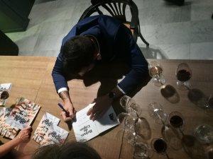 Zoltan Nagy signant el seu llibre després de la presentació