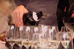 Les ampolles dels vins es cobreixen amb unes bosses negres que no permeten identificar el producte