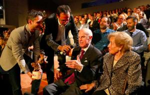 Ramon Roqueta Roqueta en el moment de rebre el premi a a trajectòria professional dels Premis Vinari 2015