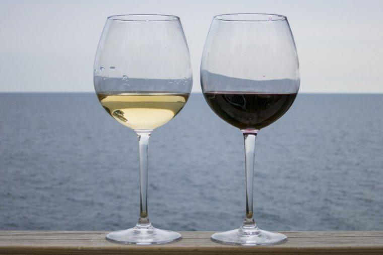 Copa de vi blanc i de vi negre