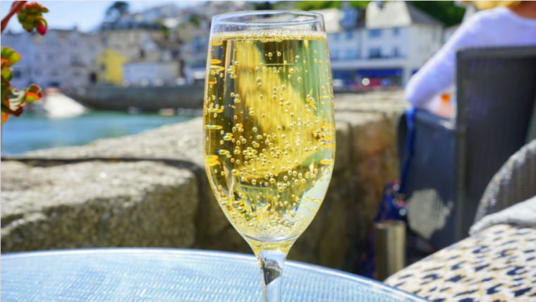 La mida i velocitat de les bombolles és crucial per a la transmissió de l'aroma dels vins escumosos