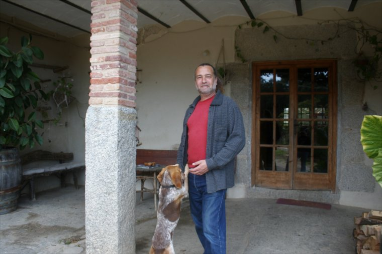 Martí Darnaculleta davant l'entrada del Mas Eugeni