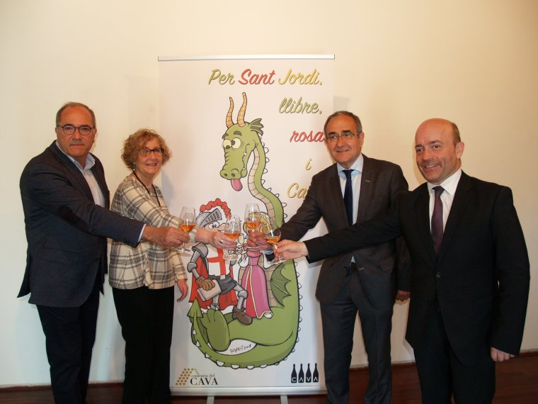 D'esquerra a dreta, Salvador Rovira, membre del consell capitular de la Confraria del Cava; M. Carme Ferrer, presidenta del Gremi de Llibreters; Patrici Tixis, president de la Cambra del Llibre de Catalunya, i Patrick Torrent, director executiu de l'Agència Catalana del Turisme