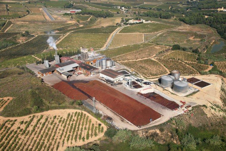 Vista aèria Cades, empresa de tractatment de residus de vi