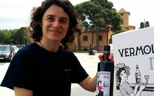 Gemma Martínez ensenya l'ampolla del vermut guanyador
