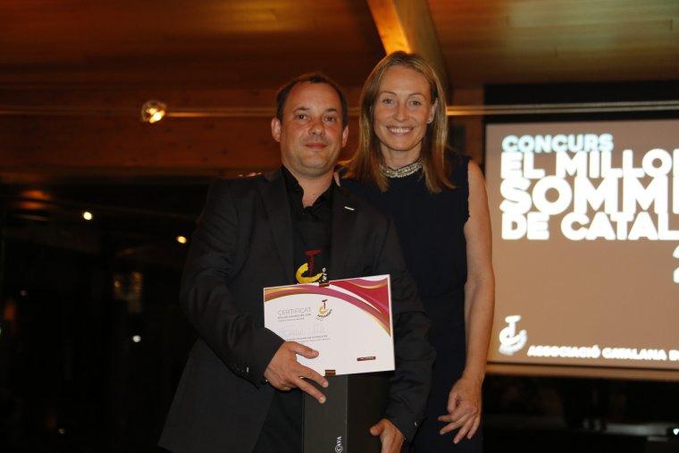 El sommelier del restaurant La Banyeta amb Anna Vicens, presidenta de l'ACS