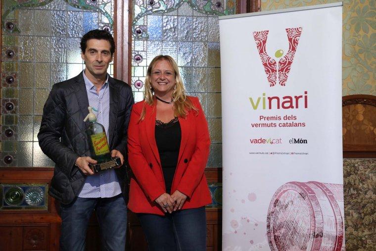 Ernest Padró amb el Gran Vinari d'Or dels Premis Vinari dels Vermuts 2018 i la regidora de Promoció Econòmica de Reus, Montserrat Caelles