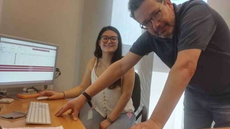 L'estudiant Maria Cerdà i el degà d'Enologia Joan Miquel Canals amb una mostra d'una pantalla de tast.
