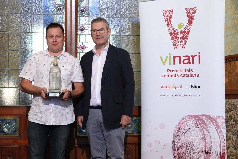 Lisard Bellod rep el Vinari d'Or al MIllor Vermut d'Altres Estils de la mà de Ramon Grau, president de Tot Media