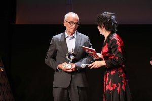Antoni Mata en el moment de rebre el Premi Vins i Licors Grau a la Trajectòria Professional en el món del vi dels Premis Vinari 2018