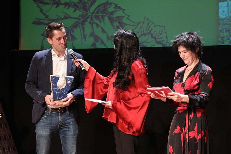 Moment del lliurament del Premi Nissan al Millor Porjecte Ecològic al celler Lagravera