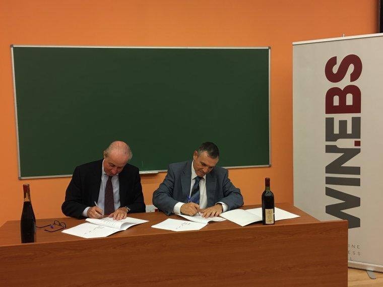 Signatura del conveni entre l'Ajuntament de Vilafranca i l'AVC per la cessió d'ampolles històriques