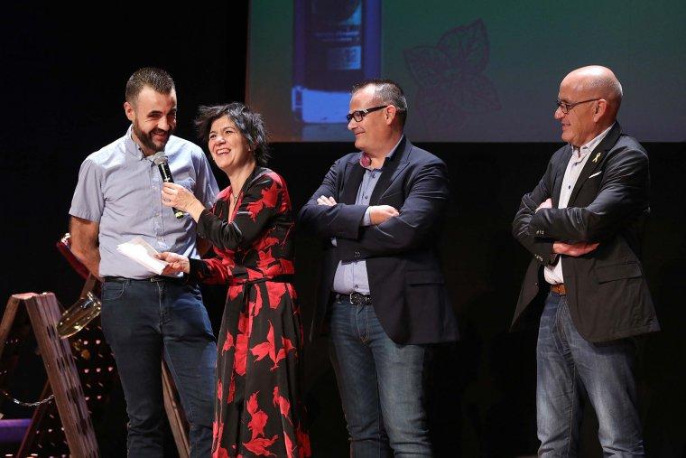 El representant de Canals & Munné en el moment de recollir el Vinari d'Or al Millor Escumós Rosat