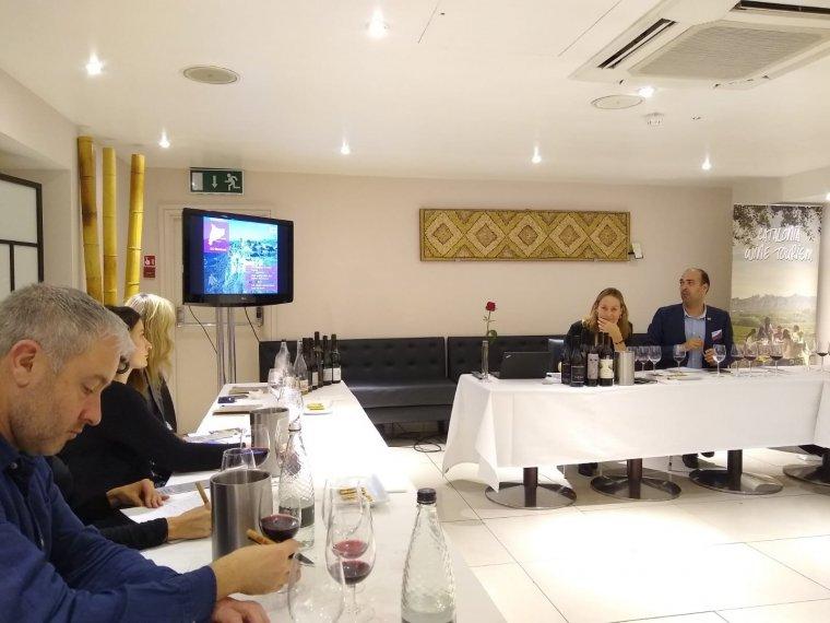 Un moment del tast a Londres de 12 vins catalans dirigit per la sommelier Anna Vicens