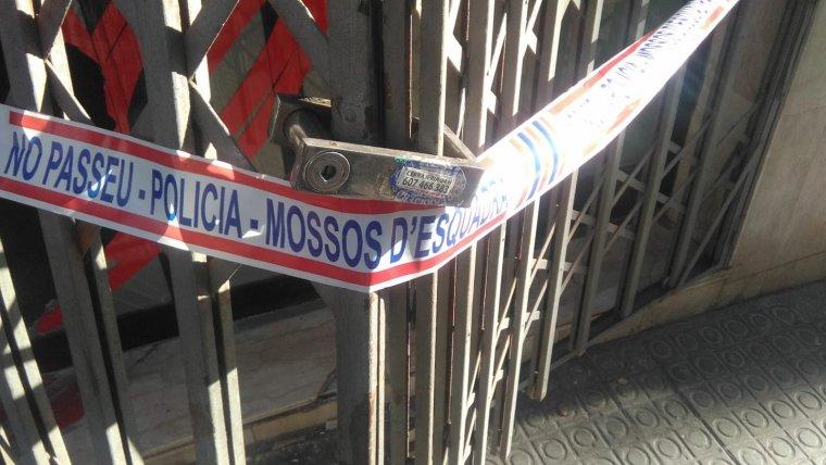 El precinte dels Mossos d'Esquadra a la persiana de la botiga