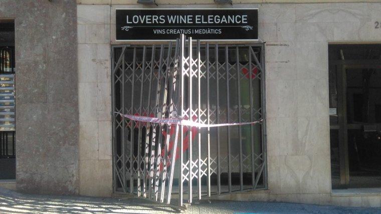 La botiga Lovers Wine Elegance amb les persianes trencades i el cordó dels Mossos