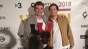 A l'esquerra Javier Bueno amb el guardó que van rebre als Premis Vinari 2018