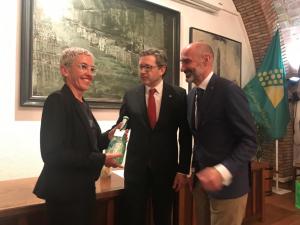 Margalida Ripoll recull el premi especial lliurat a Vadevi durant la Nit de l'Enologia