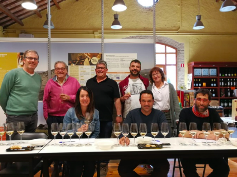 Els equips de Can Ràfols dels Caus i Mas Candí en el moment de signar el conveni de col·laboració