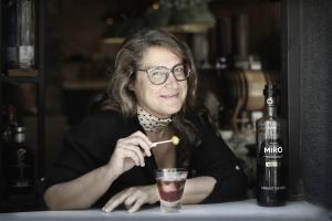L'escriptora Ada Castell es pren el vermut amb ensadala russa